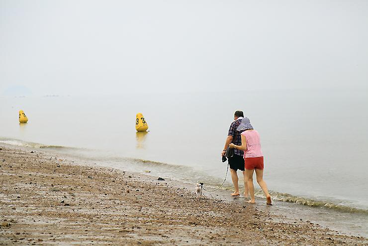 해안을 산책하는 가족