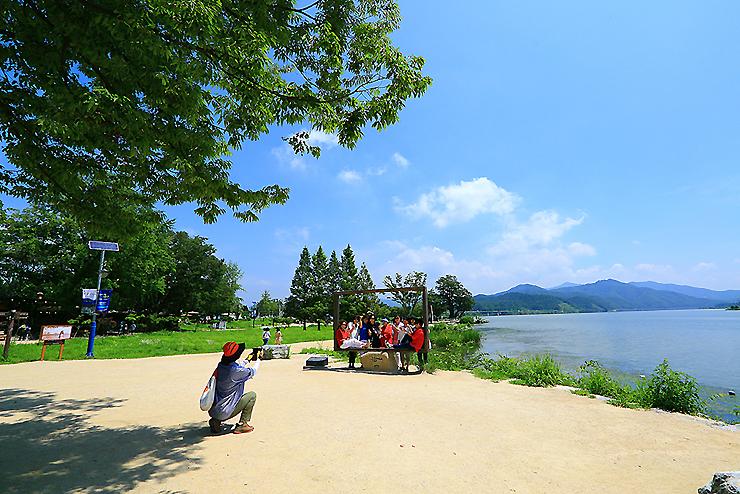 양평 두물머리의 사각액자에서 사진을 찍는 시민들