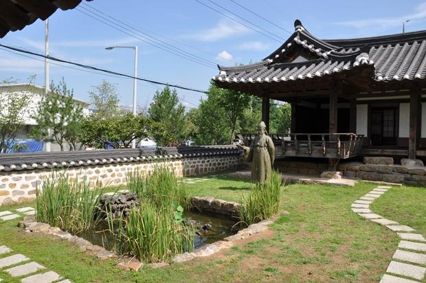 김정희 선생의 등신대 동상이 있는 마당