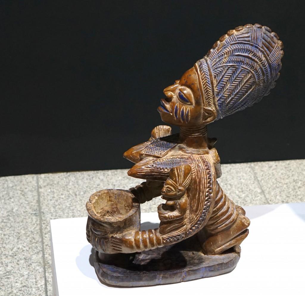 아프리카전의 그림들과 목각인형