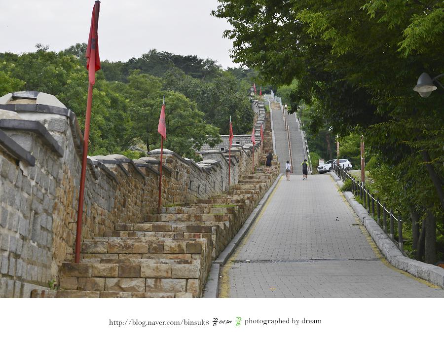 가파른 성곽길