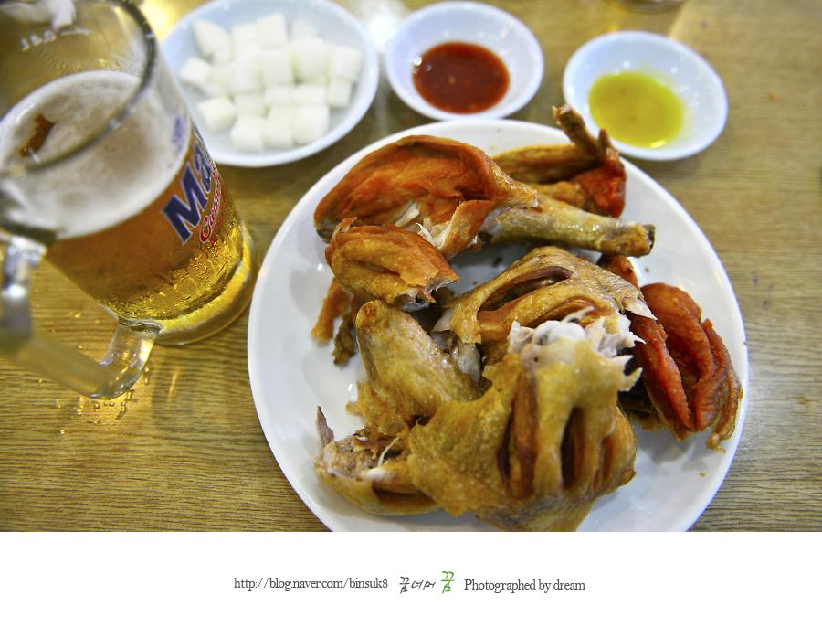 먹기 좋게 찢어 놓은 닭