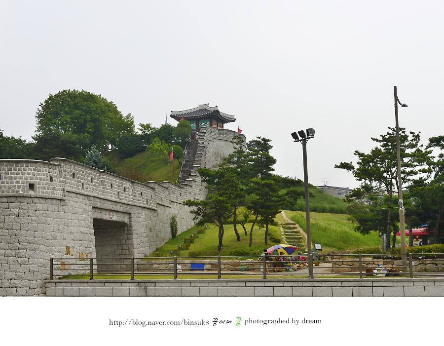 남수문에서 올려다본 동남각루의 사진