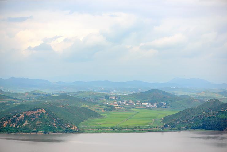 멀리 보이는 북한 선전마을