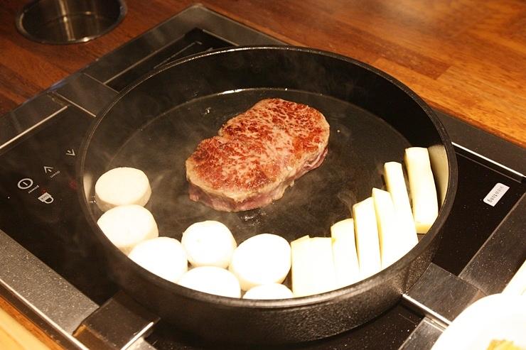 스테이크 굽는 모습