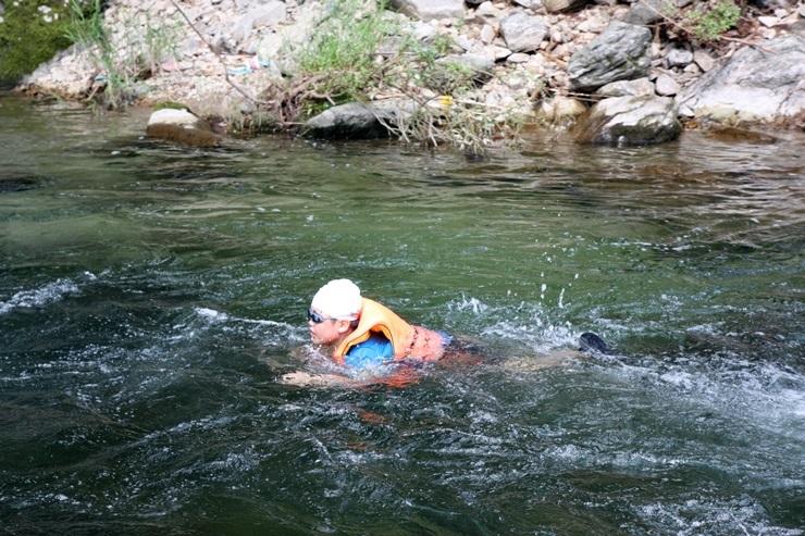 계곡 물에서 노는 아이