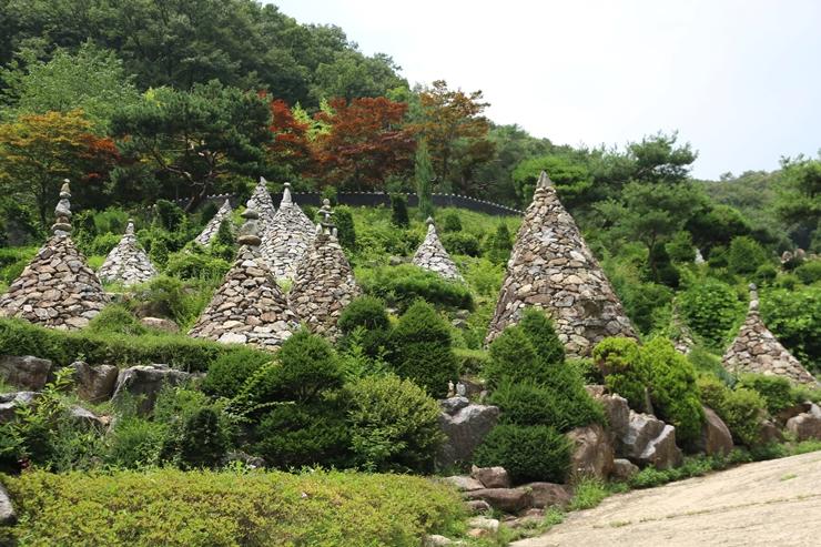 많은 돌탑이 모여있는 와우정사 길