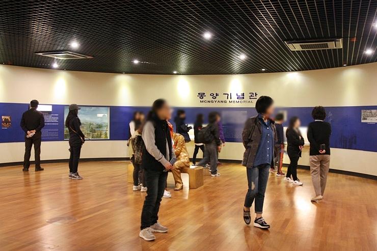 몽양기념관을 관람중인 시민들