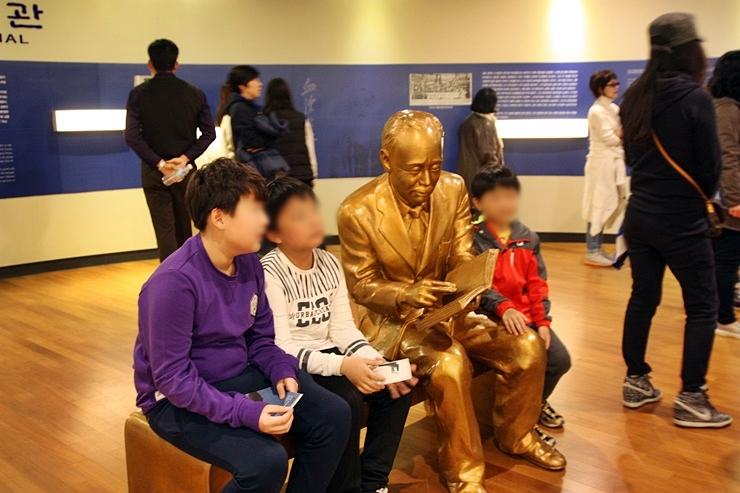 몽양기념관을 관람중인 아이들