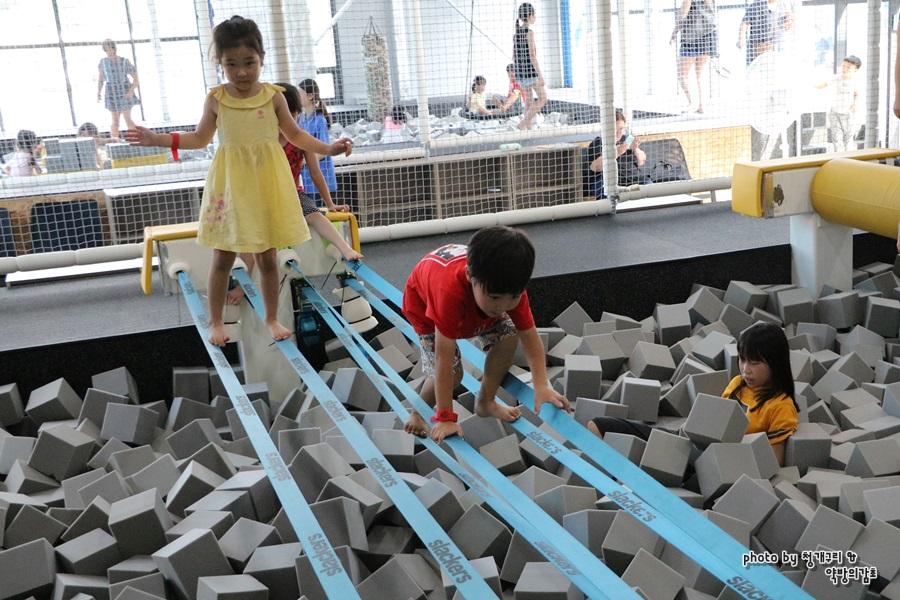 줄타기 놀이를 하는 아이들