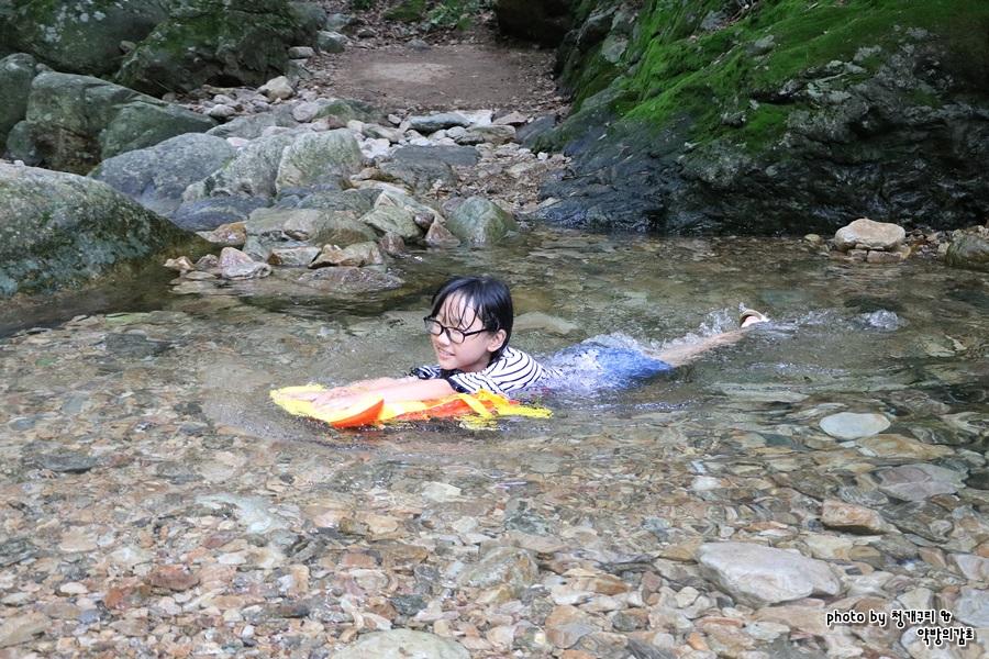 물에서 노는 아이