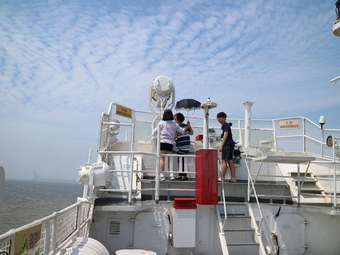 배위에서 바다를 구경하는 아이들
