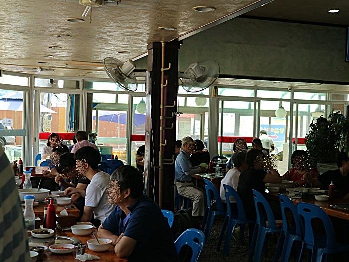 사람들로 가득한 식당 안