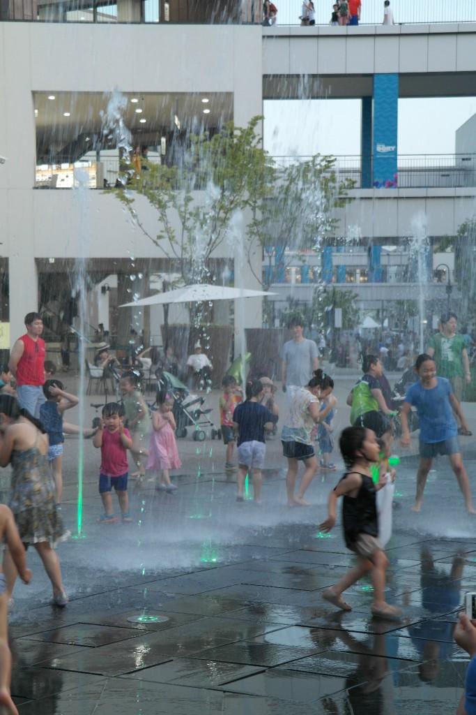물놀이를 즐기는 아이들