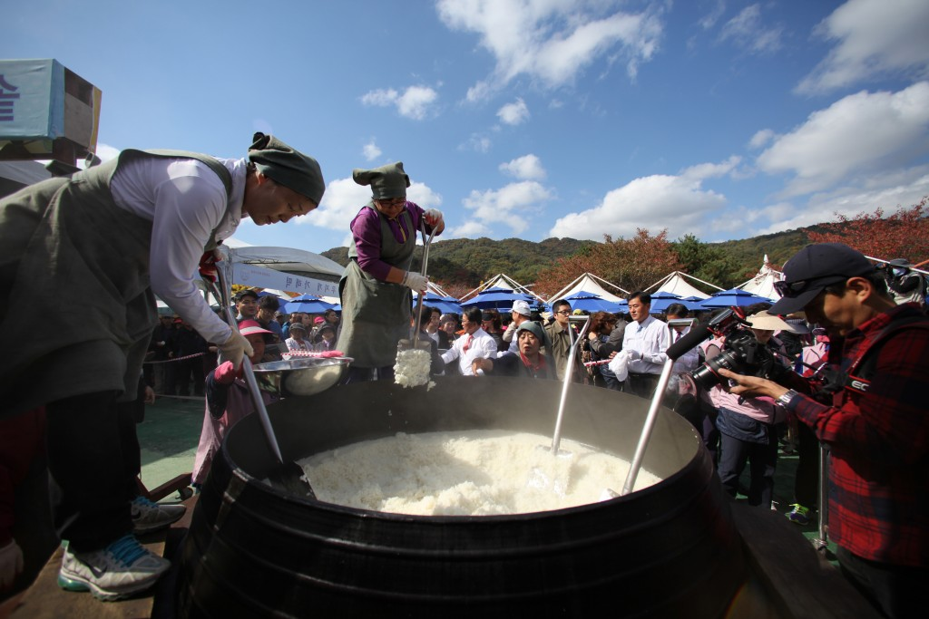 큰 솥에 쌀밥을 짓는 모습