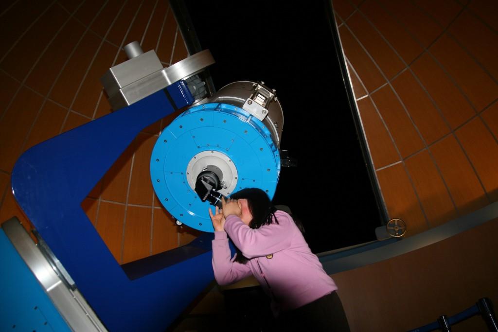 천체망원경을 보고 있는 모습