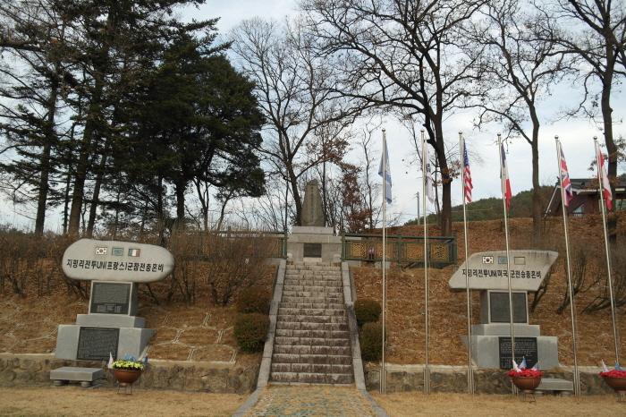 지평리 전투 프랑스군과 미국군 참전 충혼비, UN군 깃발
