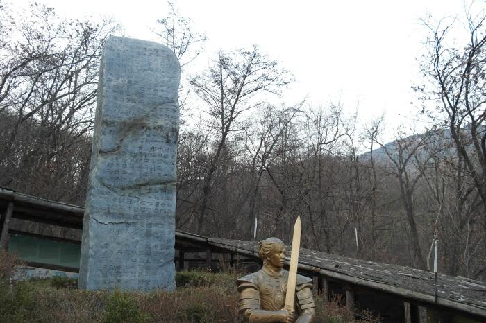 광개토대왕비 모형비석과 담석상