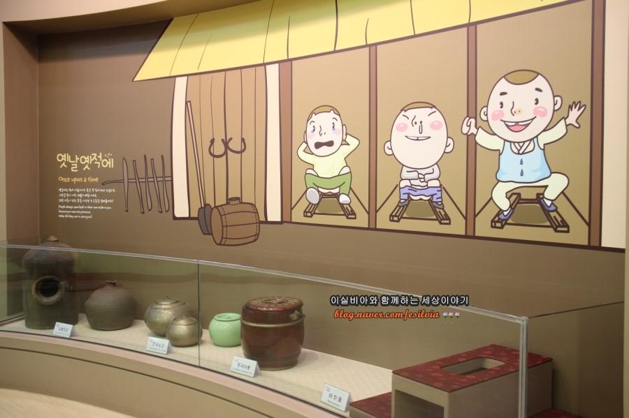 옛날화장실 변기 실물을 전시