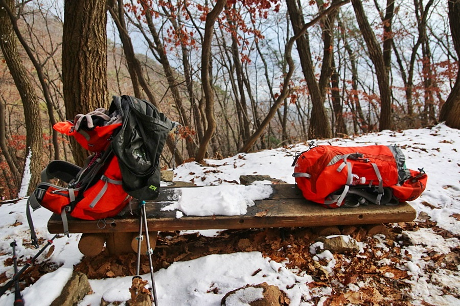 벤치 위 등산가방
