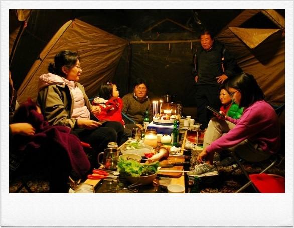 저녁을 먹는 가족들