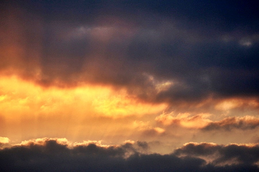 하늘 사이로 햇빛이 비치는 모습