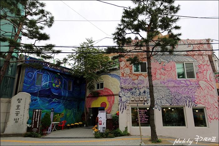 창호공방이 보이는 건물의 벽화