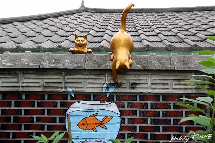 고양이 조형물과 어항벽화