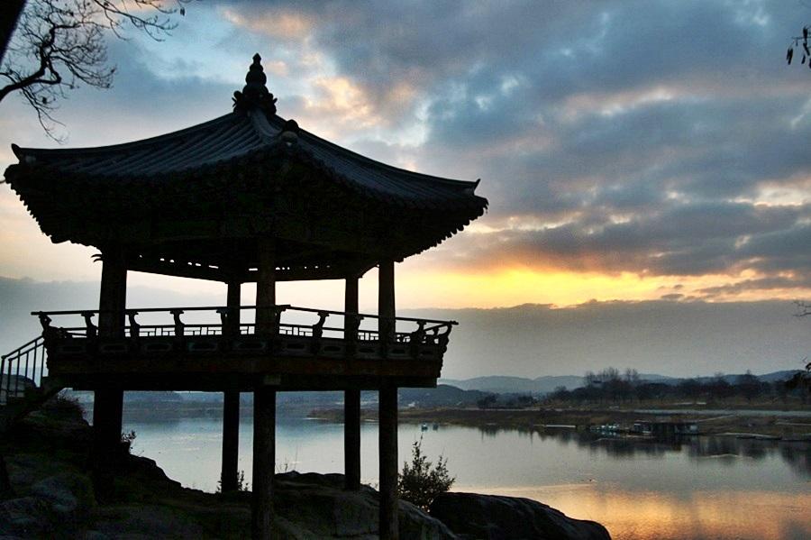 강월헌과 남한강의 풍경