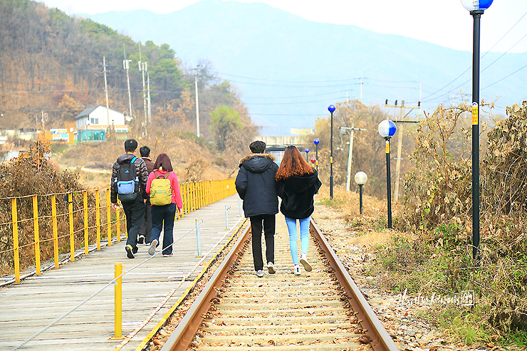 철길과 산책길을 걷는 사람들