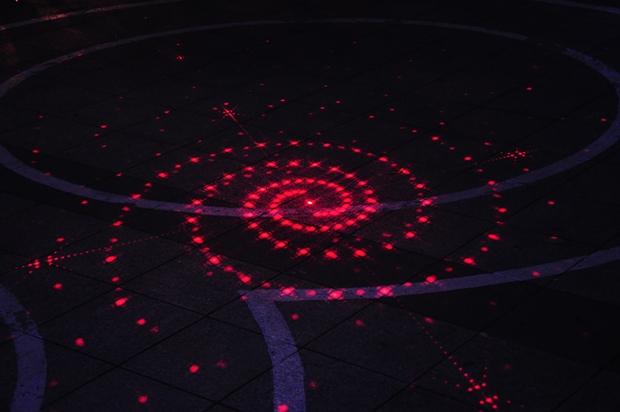 광장바닥의 레이저 조명