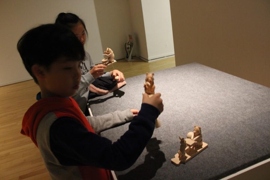 목각인형을 체험하는 아이들
