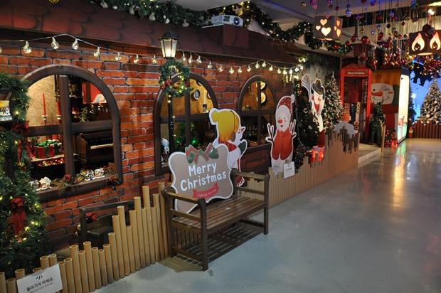 크리스마스 조명들과 장식 그리고 의자