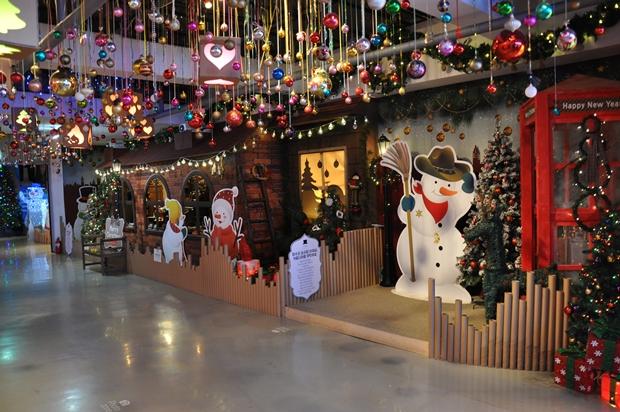 천장 조명들과 크리스마스 장식들