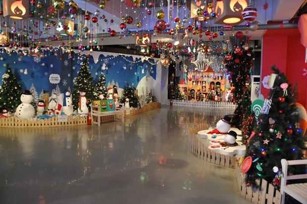 크리스마스 관련 조명과 장식품들
