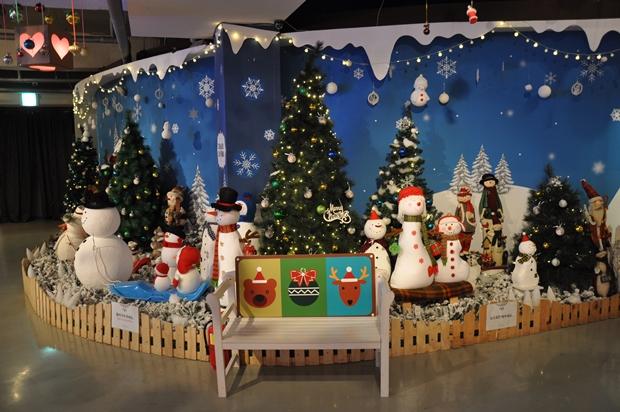 크리스마스와 눈사람 장식과 벤치