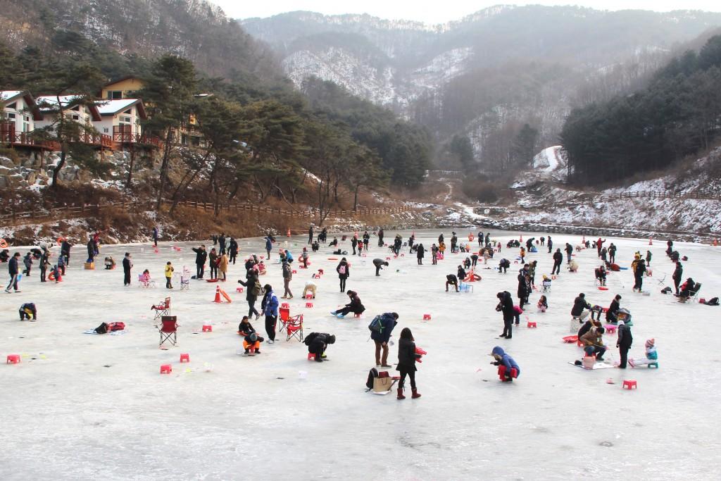 얼음 빙어낚시를 하는 사람들