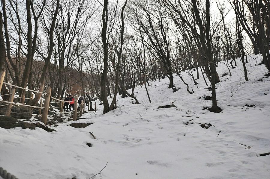 계단과 눈내린 산의 모습1