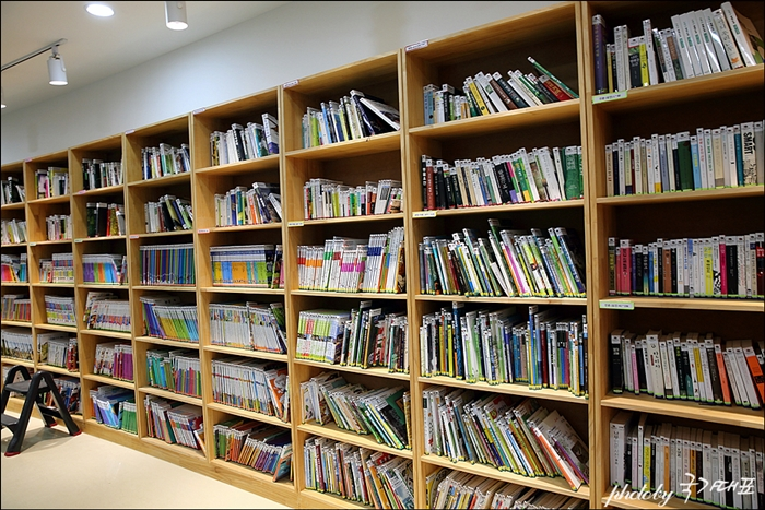 북카페 많은 책들