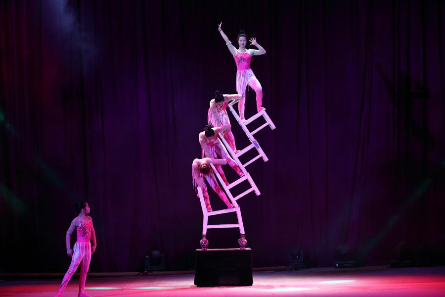 의자와 여러 곡예사들이 균형을 잡는 모습