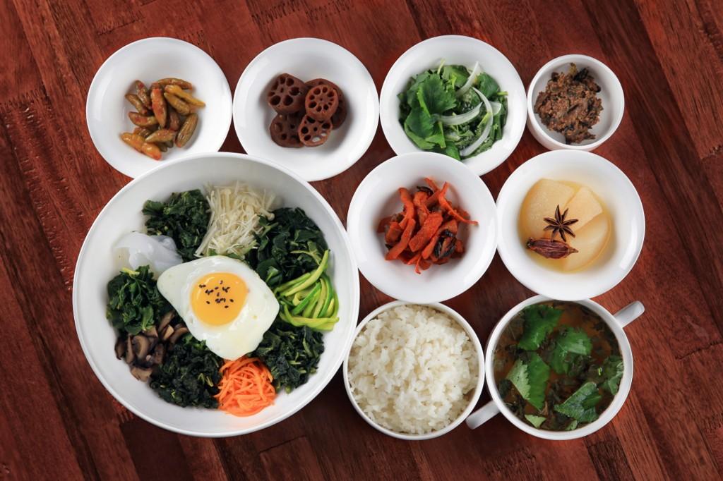 두메향기 산의 산나물비빔밥과 반찬들