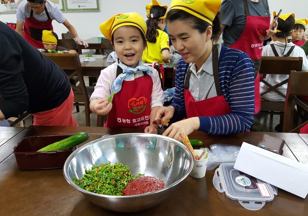 봄 맛 체험프로그램에 참여중인 모녀