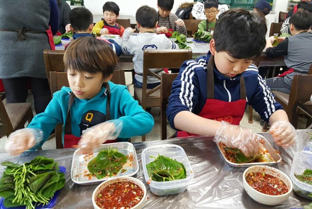 깻잎 김치를 만들고 있는 어린이들