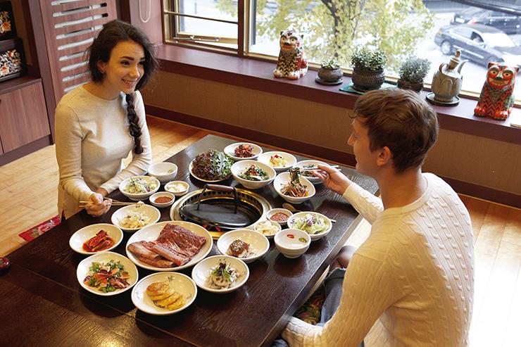 水原カルビ定食を食べているカップル。