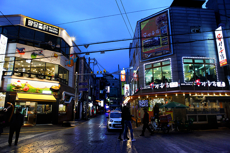 水原チキン通りの全景。
