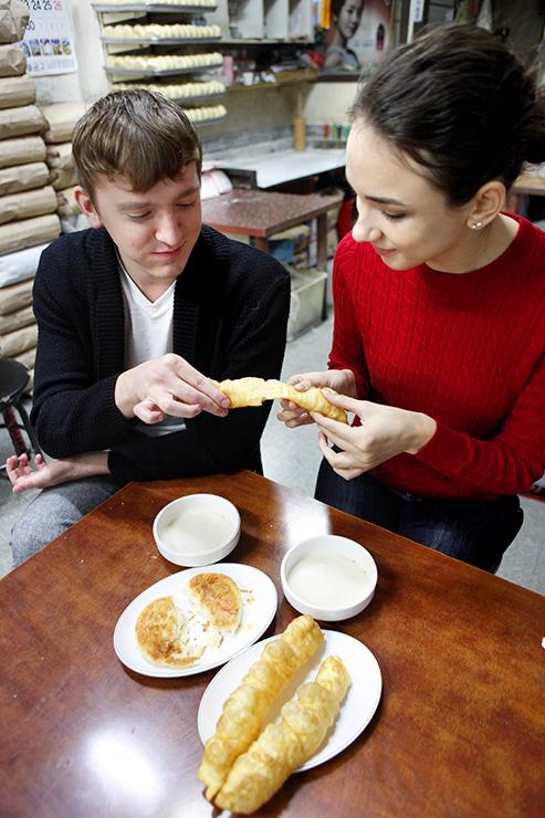 お店でてんぷらを一緒に食べているカップル。
