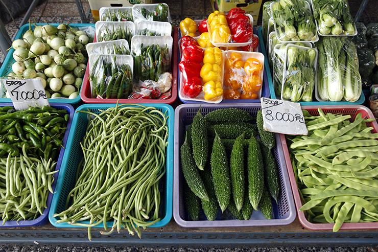 安山多文化グルメ通りのお店で売っている野菜。
