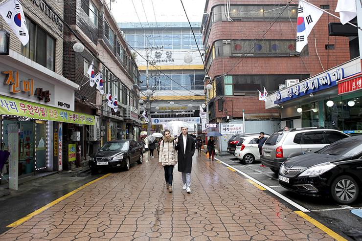 カップルが議政府プデチゲ通りを歩いている。