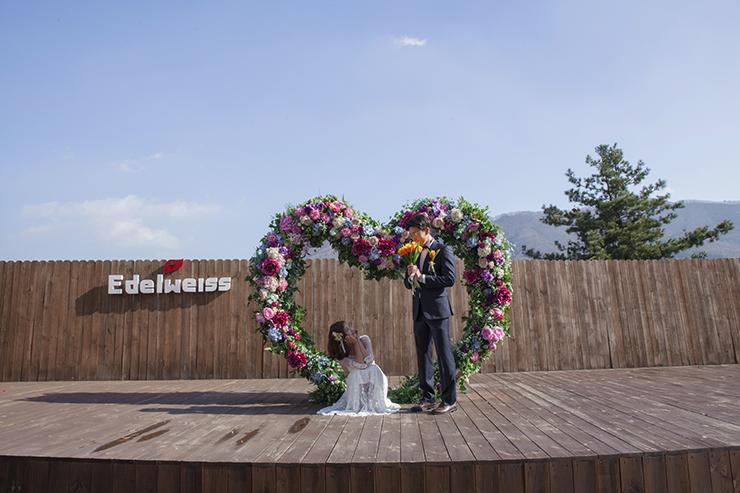 하트 모양 꽃 조형물앞에서 셀프 웨딩 찰영