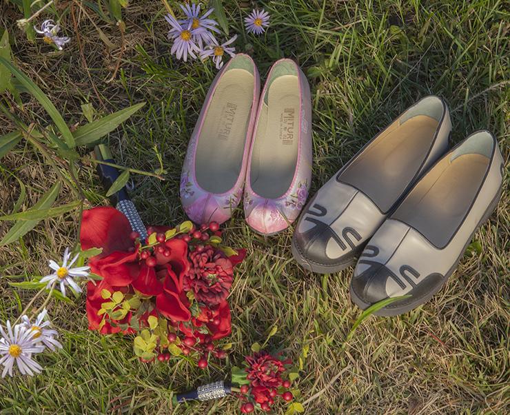 신랑 신부의 신발과 부케가 놓아진 풀밭